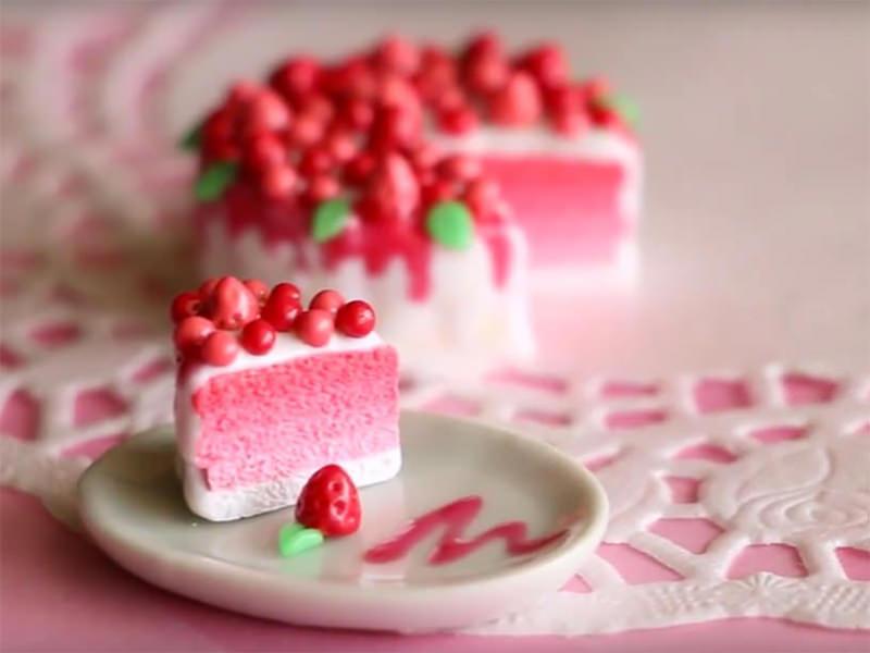 Le gâteau aux fruits rouges