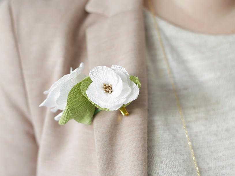 La broche fleur en papier crépon