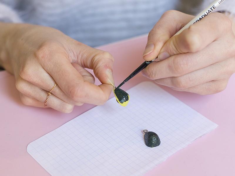 Pour terminer de bien les peindre vous pouvez les tenir à l'aide du piton. Puis, laissez sécher une dizaine de minutes.