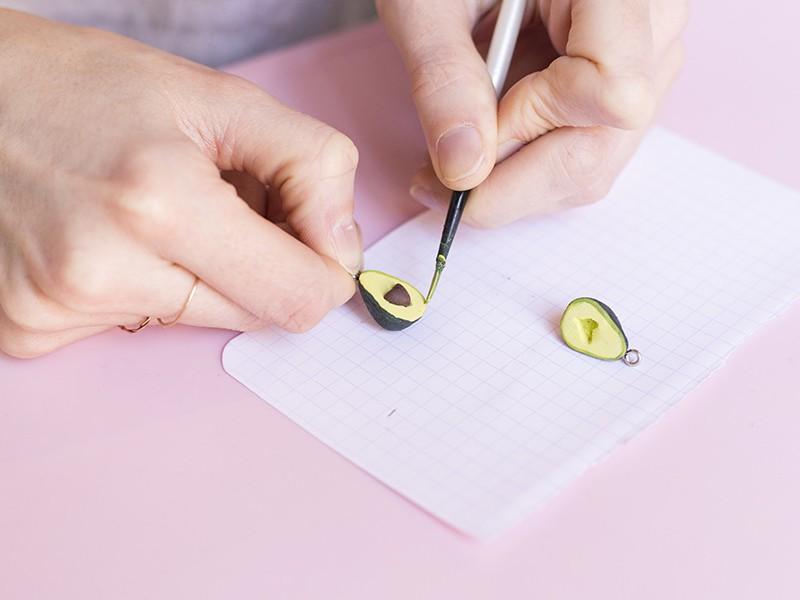 Prenez de la peinture acrylique de couleur vert clair et faites un contour régulier d'environ 1 mm tout autour de l'avocat.