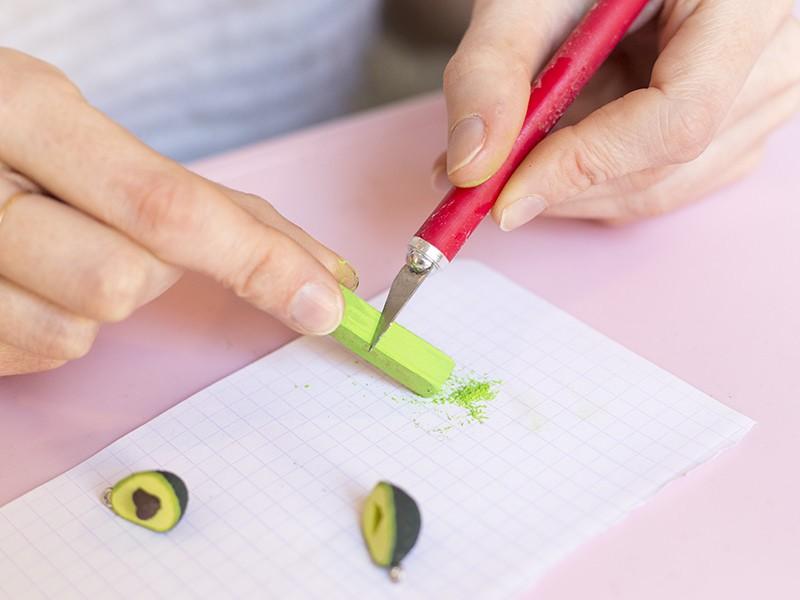 Préparez votre pastel sec en grattant à l'aide d'un scalpel pour récupérer du pigment vert.