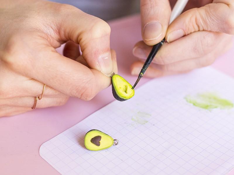 Humidifiez votre pinceau et mettez du pastel sec pour faire un léger dégradé du bord de l'avocat vers l'intérieur.