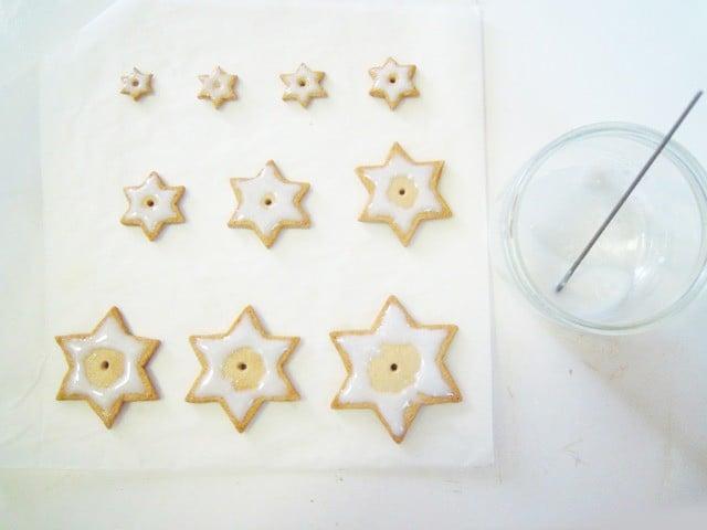 Glacez vos biscuits avec ce mélange et précuisez à 110° pendant 12 minutes.