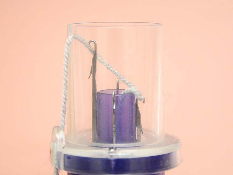 Faites encore tourner la manivelle jusqu'à ce que le crochet suivant attrape le fil (crochet 3)