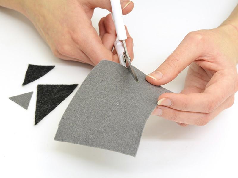 Découpez des triangles de différentes tailles dans les plaques de feutrine.