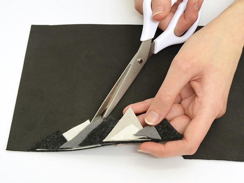 Une fois que c'est sec, découpez en suivant le bord des morceaux de feutrine.