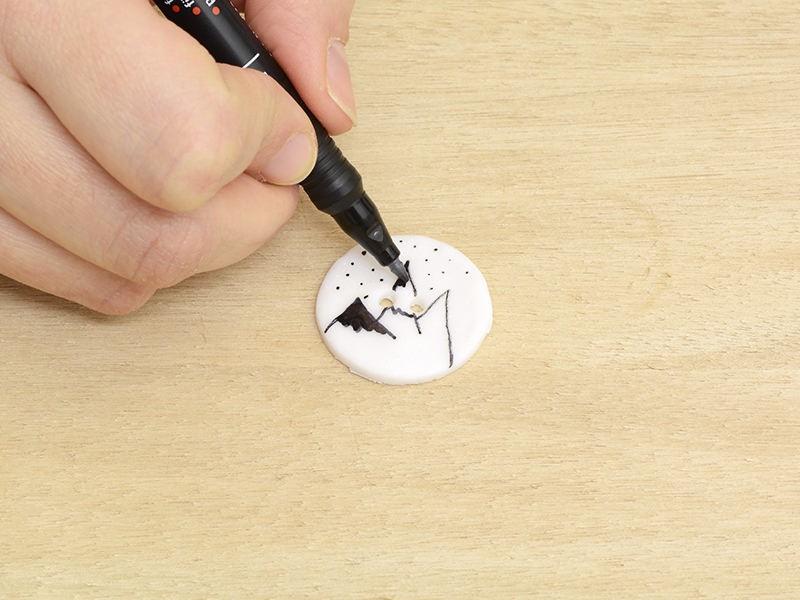 Après cuisson décorez le bouton avec un posca noir