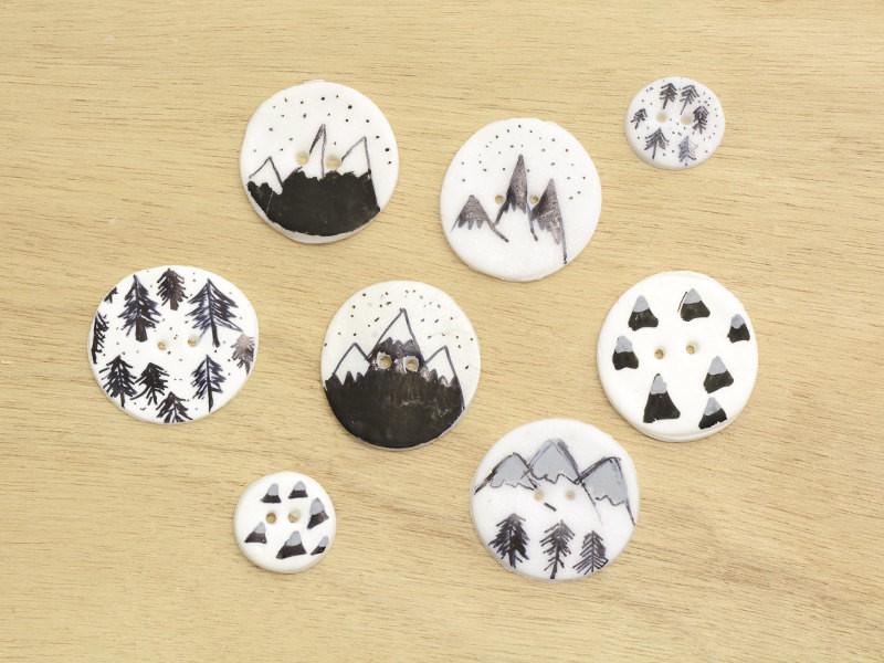 Vous pouvez aussi utiliser une p'te blanche ou nacrée pour créer vos boutons, ainsi que des posca de couleur.