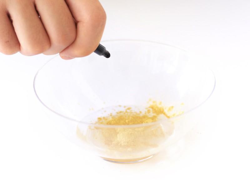 Ajoute une goutte d'encre noire dans chaque bol.
