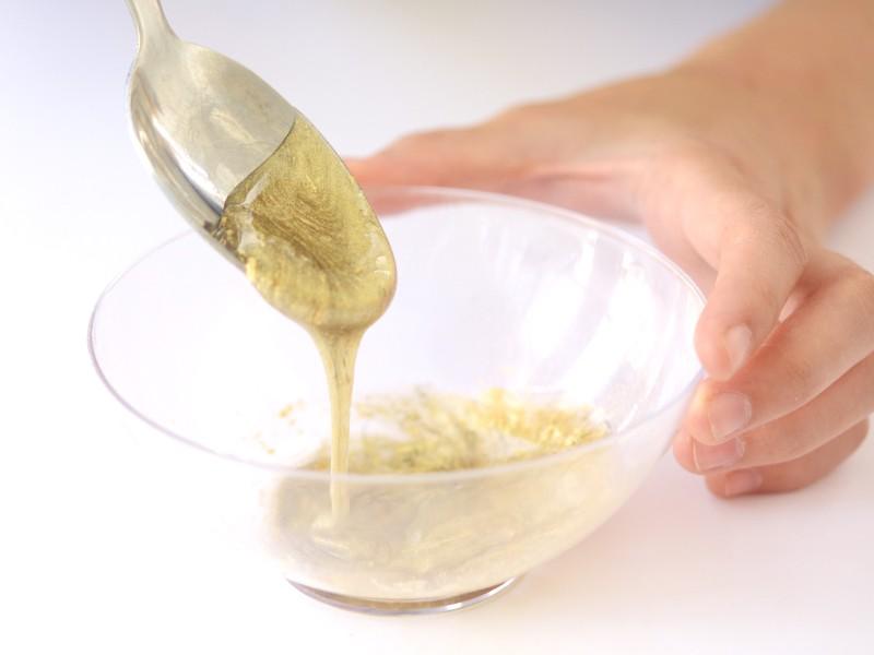 Commence à mélanger avec une cuillère.