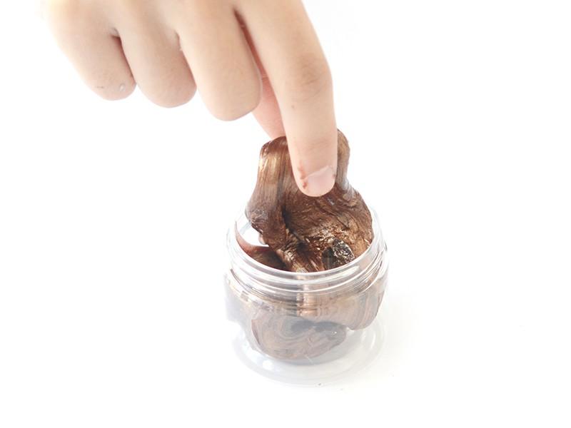Le slime peut vite sécher quand tu ne l'utilises pas. Il faut le mettre dans un récipient hermétique pour le conserver.