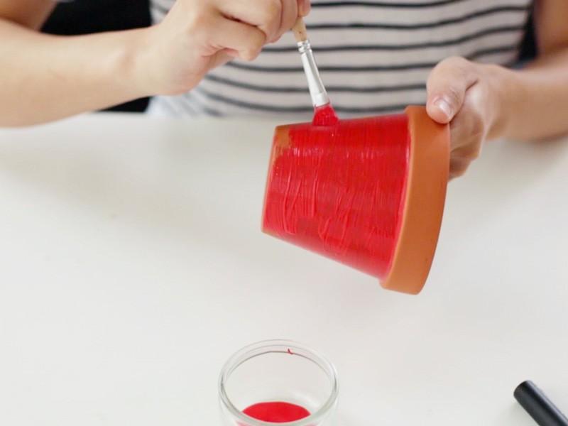 Peindre le bas d'un des pots en rouge pour le coeur de la pastèque