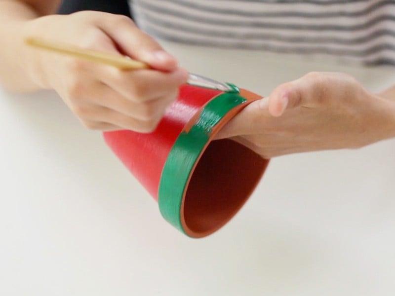 Peindre ensuite le haut du pot en vert pour la peau.
