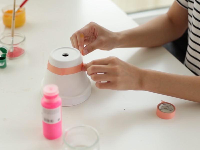 Pour le fruit du dragon, peindre le pot en blanc (2 couches), laisser sécher placer du masking tape pour délimiter les zones comme sur la photo.