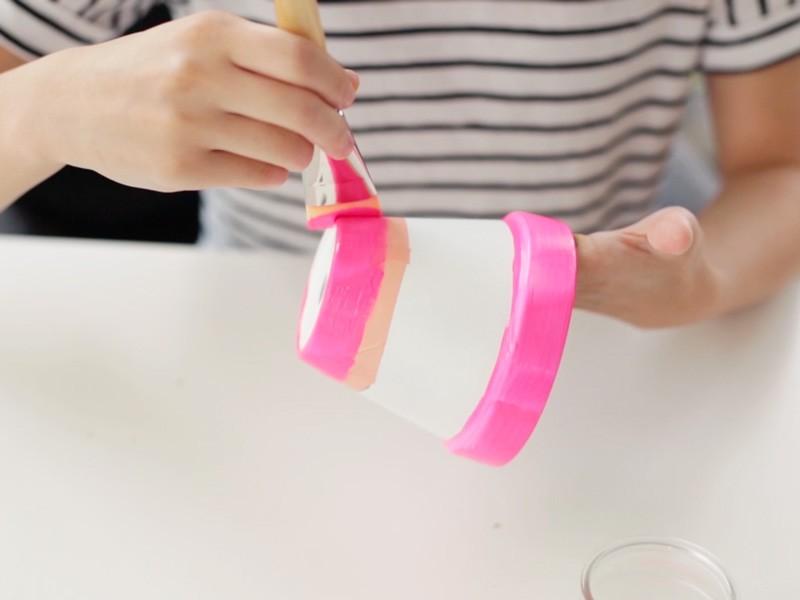 Peindre ensuite en rose la partie basse et la partie haute du pot.