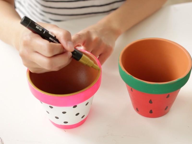 Colorier les rebords des pots en doré