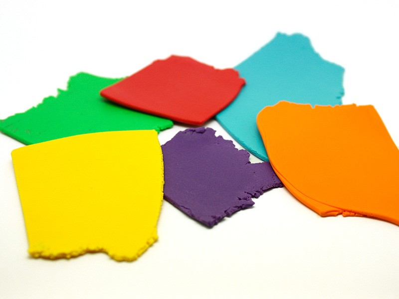 Passez dans la machine des boules de pâte de différentes couleurs pour obtenir des plaques lisses et homogènes