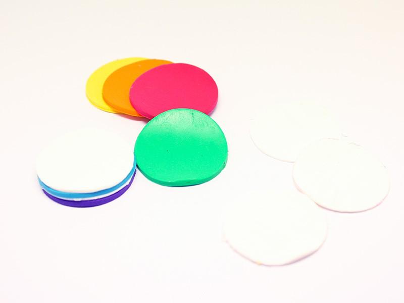 Dans une plaque plus fine de couleur blanche, découpez 5 ronds avec le même emporte-pièce