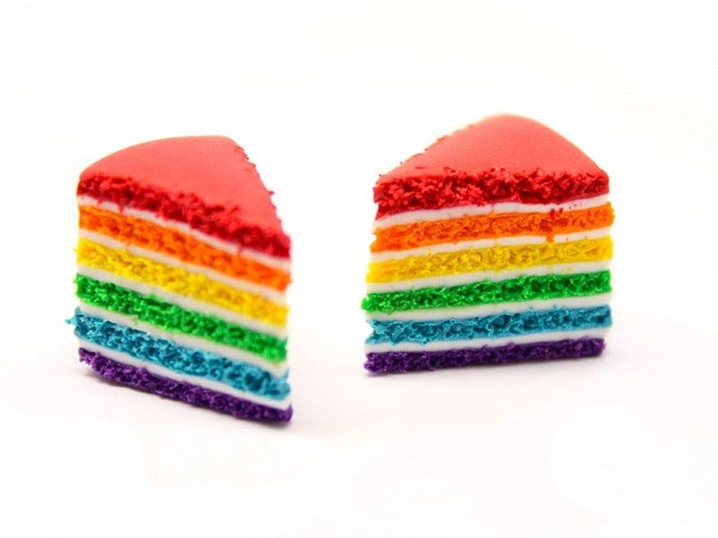 A l'aide de l'aiguille réalisez le trou dans le gâteau et insérer un clou qui servira au montage. Il vous permettra également de tenir le gâteau au moment du glaçage !