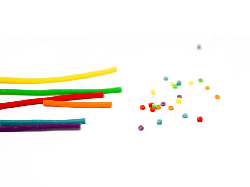 Ajoutez les décorations de votre choix sur la part de gâteau, ici des petits confettis aux mêmes couleurs que l'intérieur