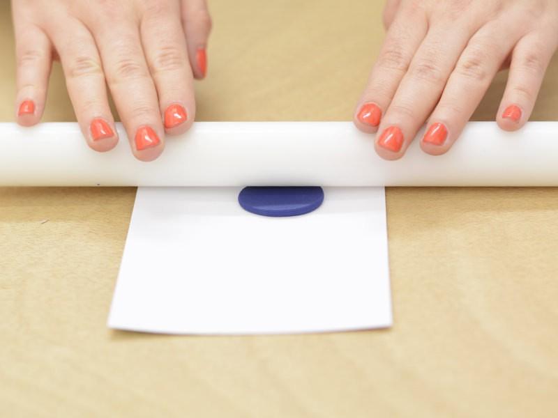 Étalez les à l'aide du rouleau en gardant une épaisseur de 2 mm environ.