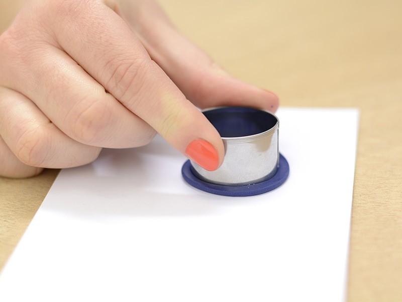 Découpez 2 ronds de taille moyenne et un petit à l'aide des emporte pièces. Faites cuire les 3 pastilles ainsi obtenues 30 minutes à 110°