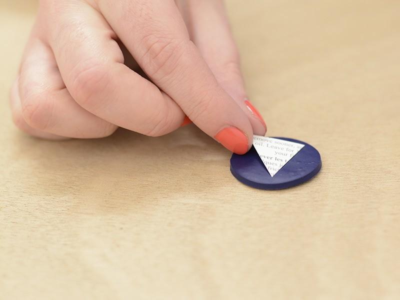 Placez votre tatouage sur une des pastilles de pâte polymère, le motif contre la pâte