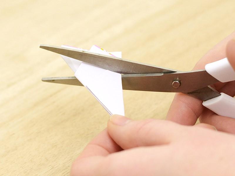 À l'aide des ciseaux, découpez la forme du pétale.