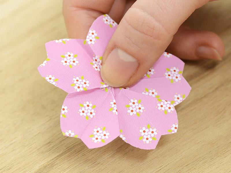 Dépliez la fleur en appuyant sur son centre pour fixer la forme.