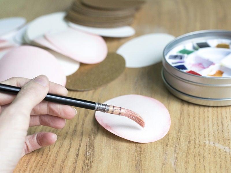 Déposez de l'aquarelle de couleur rose sur l'extrémité de l'ovale. La couleur doit être douce et diffuse. Répétez ces 2 étapes pour environ 25 formes.