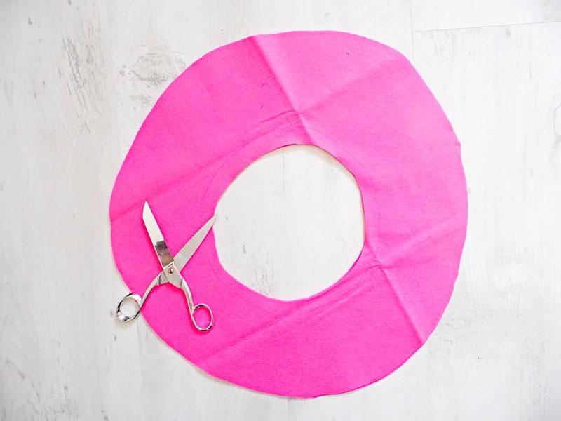 Découpez 2 fois la forme du donut. Ici le diamètre extérieur est de 40cm et de 20cm pour le trou au centre.