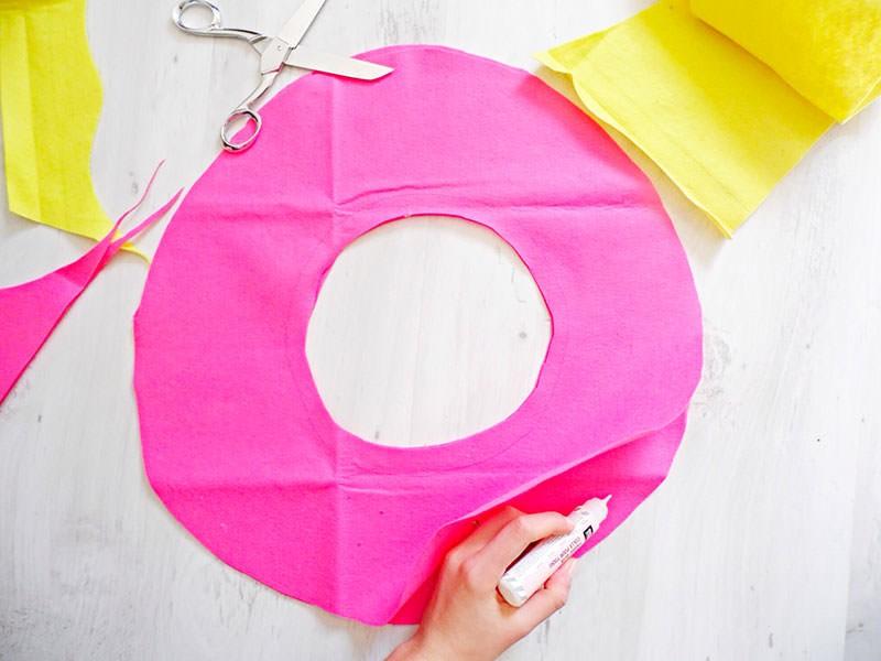 Collez les bords extérieurs et intérieurs du donut avec la colle textile en laissant un espace libre pour passer le rembourrage.