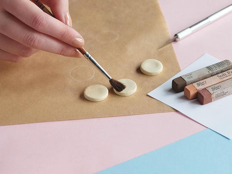 """Colorez vos """"galettes"""" à l'aide d'un pinceau et de pastels secs."""
