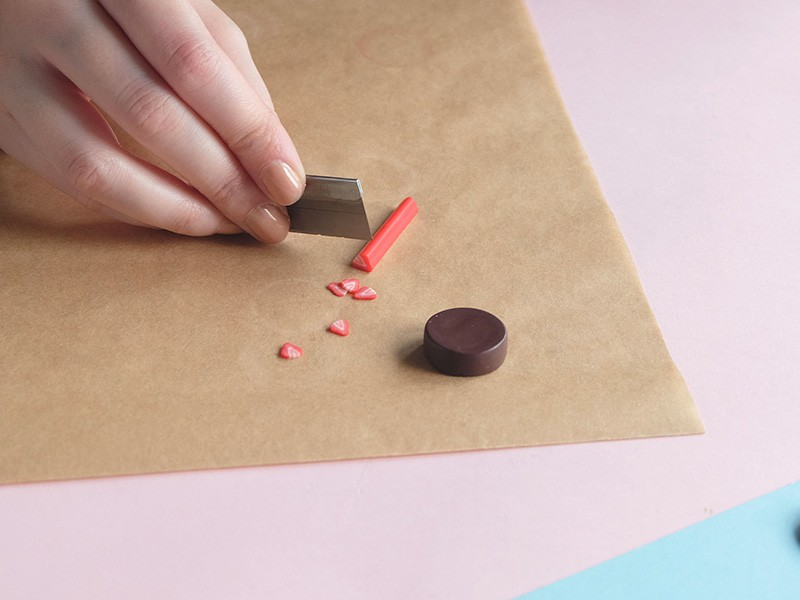 """Après avoir réaliser un """"palet"""" plus épais couleur marron, découpez des tranches de canes fraise très fines."""