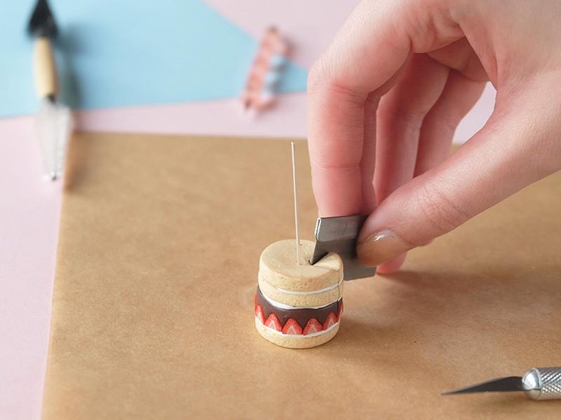 A l'aide de la lame, coupez une part dans le gâteau.