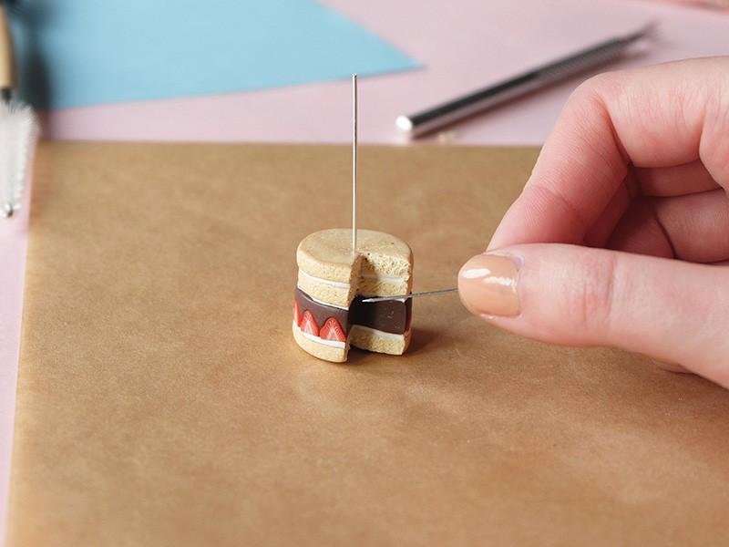 Texturez l'intérieur du gâteau avec une aiguille.