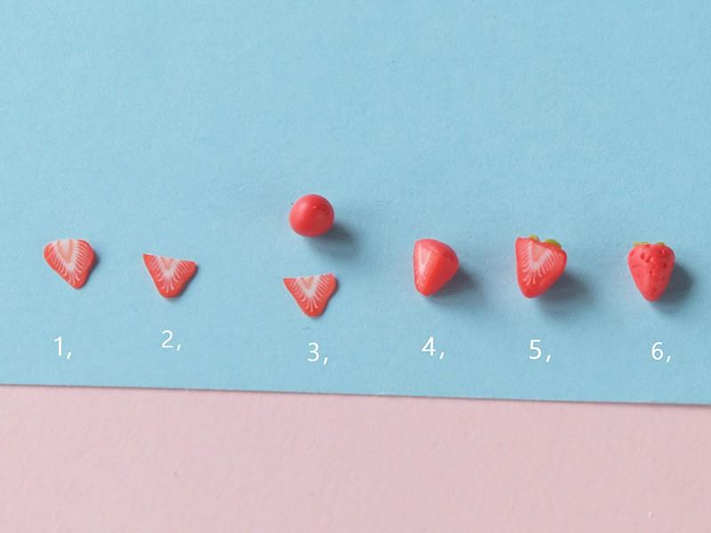 Fabriquez des petites fraises comme sur la photo en suivant les étapes et en alliant fimo et cane.