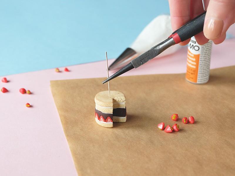 A l'aide d'une pince ronde, formez une boucle sur le clou puis coupez l'éxcédent.