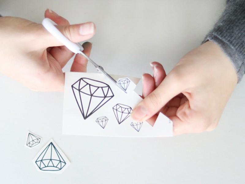 Découpe chacun de tes tatouages diamants.