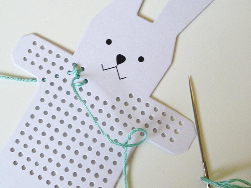Coupez une longueur de fil égale à plus ou moins 30 cm, puis commencez le point de croix.