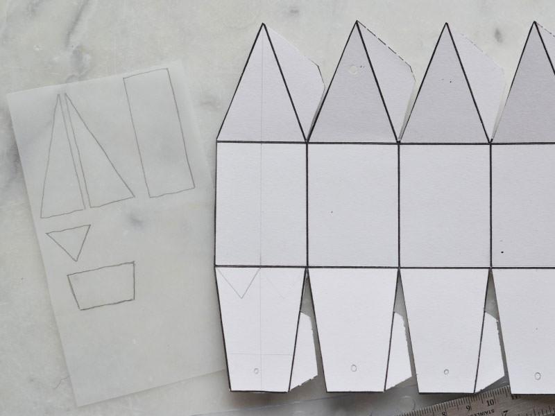 Imprimez et découpez le modèle. Marquez les plis en passant le crayon. Décalquez les formes comme sur la photo. Vous devez avoir 5 formes géométriques.