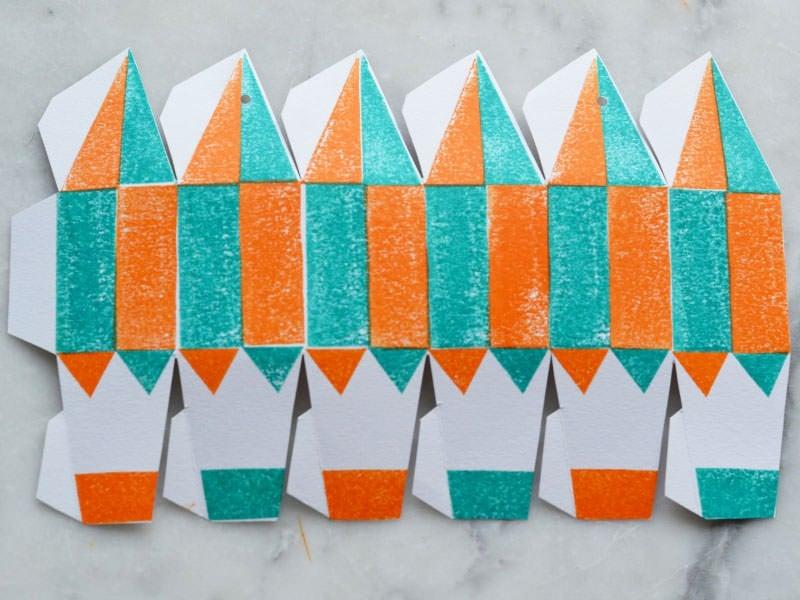 Tamponnez sur l'arrière de la feuille en alternant les couleurs. Commencez par la couleur claire, puis tapotez sur du papier avant de passer à l'encre foncée.