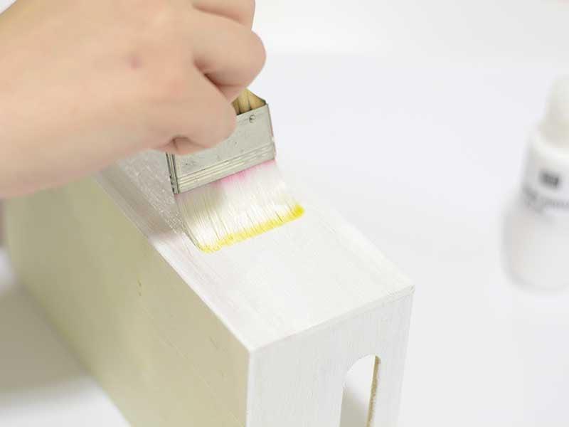 Peignez l'extérieur du casier en bois avec la couleur de votre choix (de préférence blanc ou marron) et laissez séchez