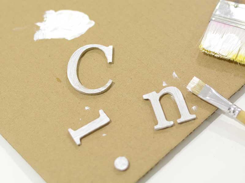 Choisissez un mot à écrire sur votre casier, faites des tests de placement pour être sûr de la longueur puis peignez les lettres sans être trop minutieux