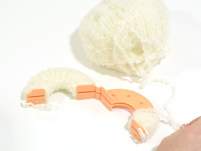 Enroulez la laine autour de la seconde partie.