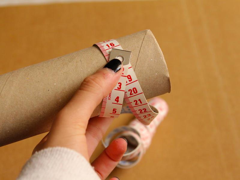 Munissez vous d'un objet cylindrique rond (comme un rouleau) 2cm plus large que votre poignet.