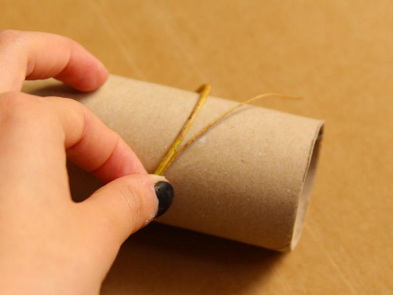 Enroulez les brindilles autour du rouleau pour qu'elle prennent la forme.