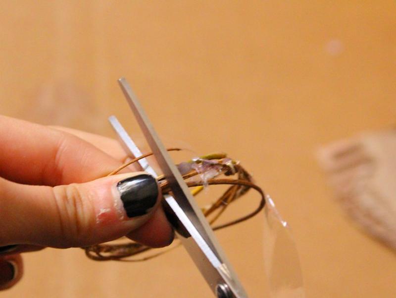 Placez un scotch sur les brindilles et la tresse avant de couper pour que tout se maintienne en place