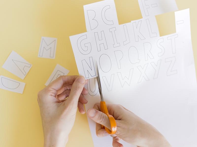 Commencez par télécharger et imprimer les lettres (ou dessinez les vous-mêmes)