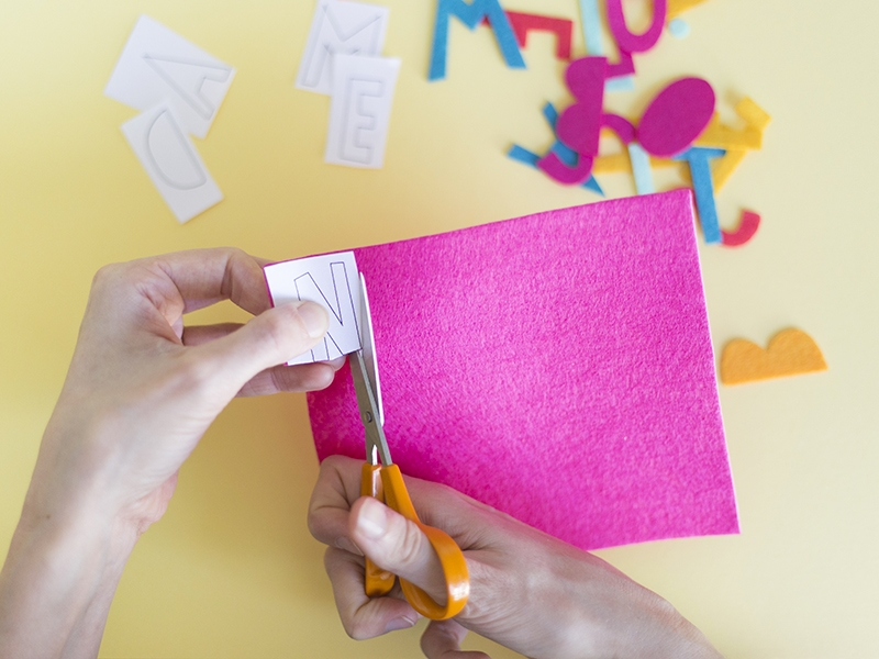 Choisissez la première lettre de votre mot et plaquez la sur une couleur de feutrine.